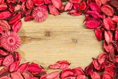 Rosenblumenblätter auf natürlichem Holztischhintergrund Lieben Sie Schablone für Valentinsgrußtagesrosablumen herum Leere Mitte Lizenzfreie Stockfotografie