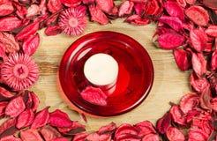 Rosenblumenblätter auf natürlichem Holztischhintergrund Lieben Sie Schablone für Valentinsgrußtagesrosablumen herum Rote Platte u Lizenzfreies Stockfoto