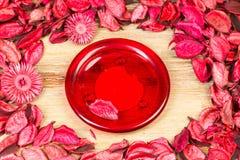 Rosenblumenblätter auf natürlichem Holztischhintergrund Lieben Sie Schablone für Valentinsgrußtagesrosablumen herum Rote Platte h Stockfotos
