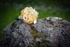 Rosenblumenstrauß auf einem Felsen Stockfotos