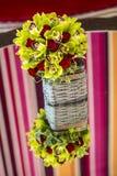 Rosenblumenstrauß in einem Korb Lizenzfreie Stockfotos