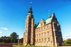 Rosenborg slott och konung`en s arbeta i trädgården Arkivbilder