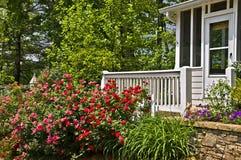 Rosengarten am Portal eines Hauses Stockfotos