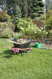 Rosengarten- und Gartenarbeithilfsmittel stockbilder