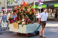 Rosenheim, Германия, 09/04/2016: Парад фестиваля сбора в Rosenheim стоковые фотографии rf