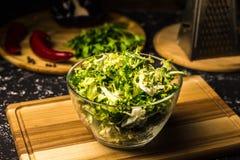 Rosenkohl Salat in einer Glasschüssel auf einem hölzernen Brett stockfotos