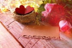 roses à côté de lettre et de couples vides des coeurs Photo libre de droits