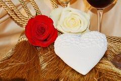 Roses, amour, vin, coeur sur le fond luxueux Photo libre de droits