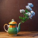 Roses artificielles dans un vase créatif, Photographie stock libre de droits