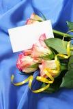 Roses au-dessus de fond en soie bleu Photos stock