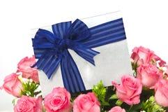 Roses avec la carte cadeaux Photographie stock libre de droits