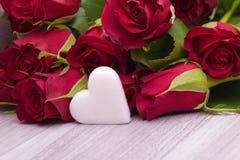 Roses avec la décoration de coeur pour épouser Image stock