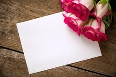 Roses avec le livre blanc vide Photos stock