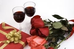 Roses avec le présent et le vin Photos libres de droits