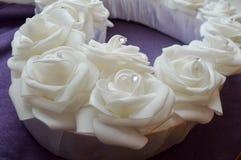 Roses blanches avec des fausses pierres et des diamants Photo stock