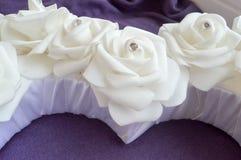 Roses blanches avec des fausses pierres et des diamants Images stock