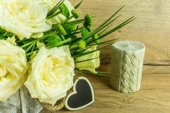 Roses blanches avec des feuilles vertes et un coeur Images libres de droits