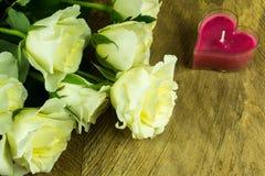 Roses blanches avec des feuilles vertes et un coeur Photo libre de droits