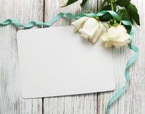 Roses blanches avec la carte de voeux Images libres de droits