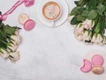 Roses blanches, café et macarons sur le fond de marbre Image libre de droits
