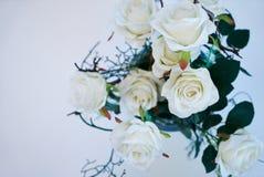 Roses blanches décoratives dans un vase en verre, vue en gros plan et supérieure images stock