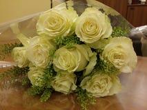 Roses blanches dans le beau bouqette Images libres de droits