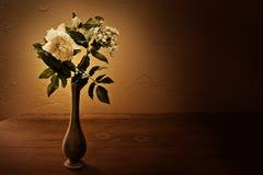 Roses blanches dans un vase Image libre de droits