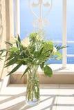 Roses blanches dans un vase en verre images libres de droits