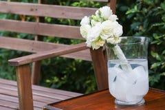 Roses blanches dans un vase en verre Photos libres de droits