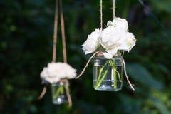 Roses blanches dans un vase en verre Photographie stock libre de droits