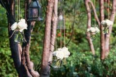 Roses blanches dans un vase en verre Photographie stock