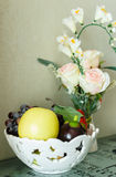 Roses blanches et fruit Photographie stock