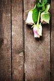Roses blanches sur l'espace en bois de texte libre de fond Rétro cru Photographie stock