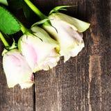Roses blanches sur l'espace en bois de texte libre de fond Rétro cru Photos stock