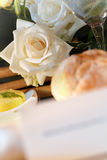 Roses blanches sur la table Photo stock