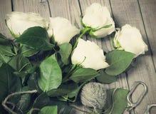 Roses blanches sur le Tableau en bois Photographie stock