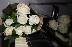 Roses blanches sur les clés images stock