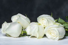 Roses blanches sur les conseils blancs Photo stock