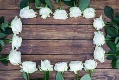 Roses blanches sur un fond en bois Image libre de droits