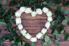 Roses blanches sur un fond en bois Photo stock