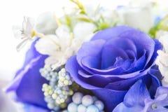 Roses bleues dans le bouquet de fleurs blanches Images stock