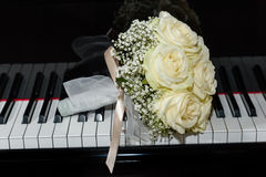 Roses bouquet on  piano keyboard Stock Photos