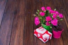 Roses, chocolats et cadeau images libres de droits