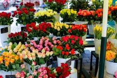 Roses colorées dans des vases dans le fleuriste image stock