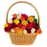 Roses colorées de bouquet dans le panier Image stock