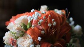 Roses crèmes, lis oranges et fleurs blanches minuscules Photographie stock libre de droits