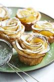 Roses d'Apple de gâteaux faites à partir de la pâte feuilletée avec la pomme Photo stock