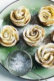 Roses d'Apple Roses d'Apple de gâteaux faites à partir de la pâte feuilletée avec la pomme Photo libre de droits