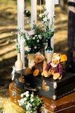Roses dans des bouteilles en verre Photographie stock libre de droits