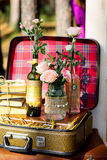 Roses dans des bouteilles en verre Image libre de droits